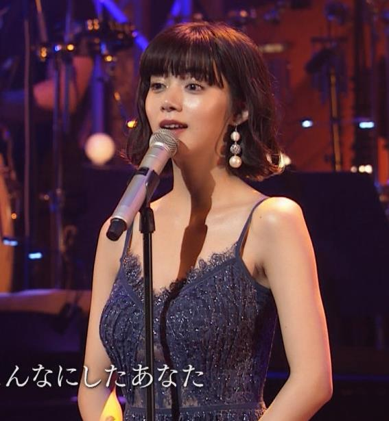 池田エライザ 垂れてそうでエロいセクシードレスのおっぱいキャプ・エロ画像8