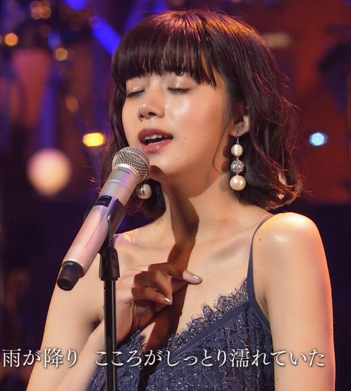 池田エライザ 垂れてそうでエロいセクシードレスのおっぱいキャプ・エロ画像9