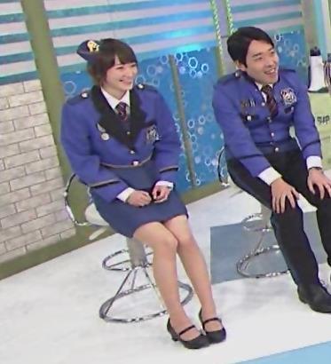 生駒里奈 スカートが短すぎて太もも露出キャプ・エロ画像