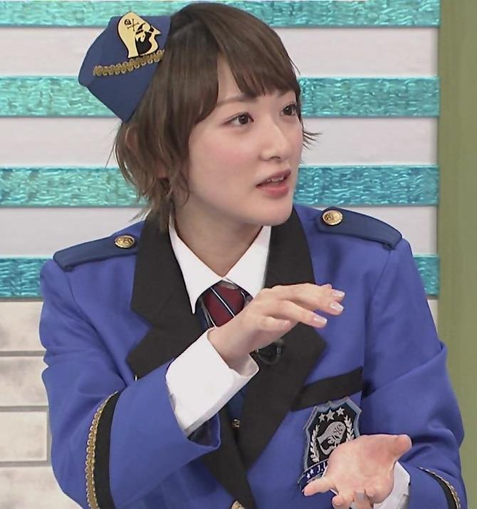 生駒里奈 スカートが短すぎて太もも露出キャプ・エロ画像2