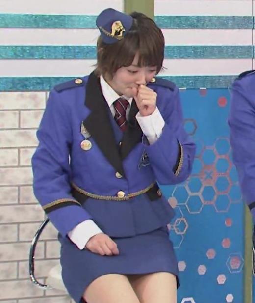 生駒里奈 スカートが短すぎて太もも露出キャプ画像(エロ・アイコラ画像)
