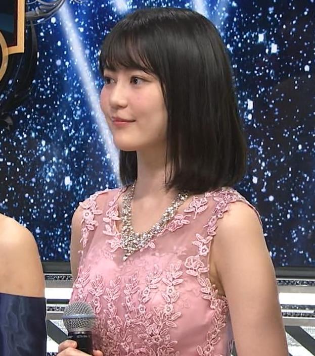 生田絵梨花 ノーブラでドレス着てる?乳もでかそう。キャプ・エロ画像2