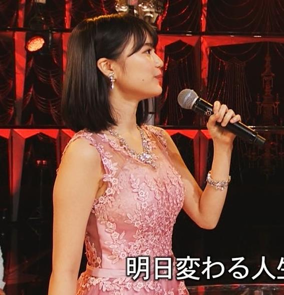 生田絵梨花 ノーブラでドレス着てる?乳もでかそう。キャプ・エロ画像4