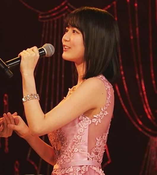 生田絵梨花 ノーブラでドレス着てる?乳もでかそう。キャプ・エロ画像6