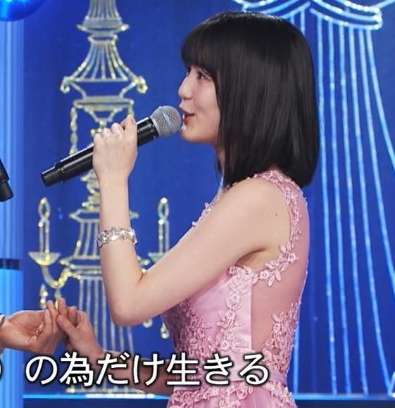 生田絵梨花 ノーブラでドレス着てる?乳もでかそう。キャプ・エロ画像7