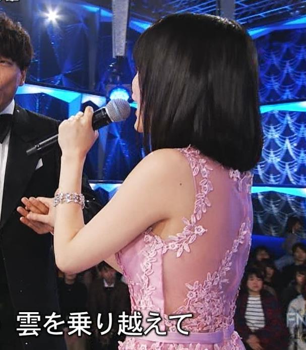 生田絵梨花 ノーブラでドレス着てる?乳もでかそう。キャプ・エロ画像8