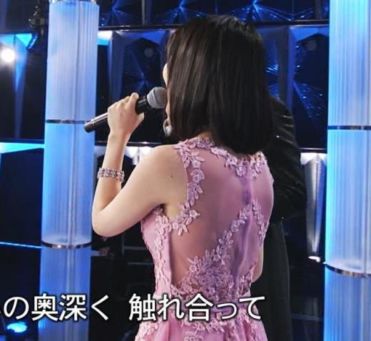 生田絵梨花 ノーブラでドレス着てる?乳もでかそう。キャプ画像(エロ・アイコラ画像)