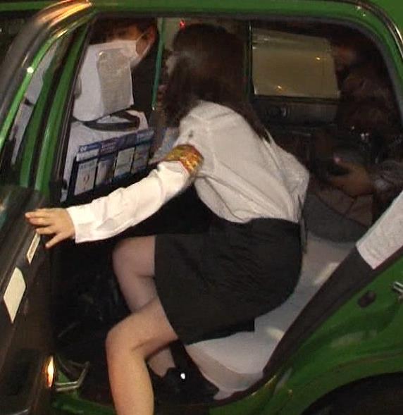 生田絵梨花 横乳とかスカートでタクシーから降りるとことかキャプ・エロ画像6