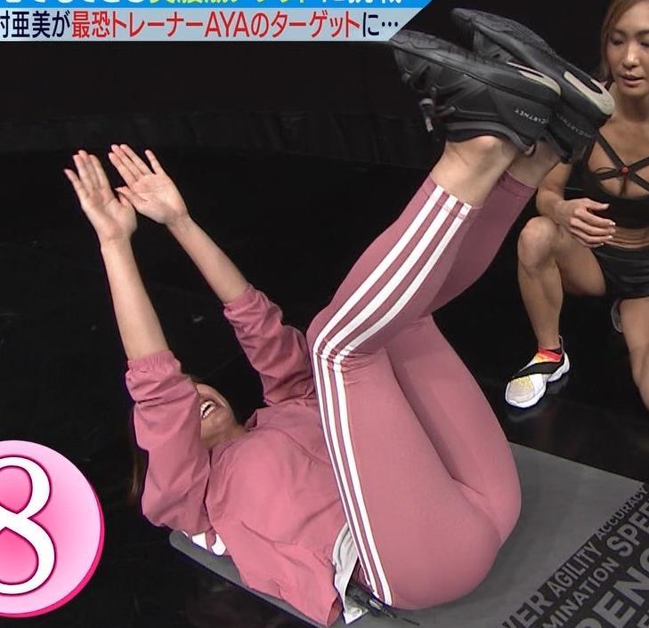 稲村亜美 タイトなスウェットパンツでまんぐり返し!!キャプ・エロ画像2
