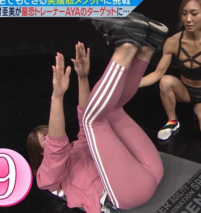 稲村亜美 タイトなスウェットパンツでまんぐり返し!!キャプ・エロ画像3