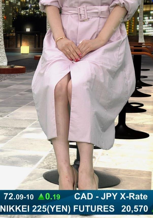 井口綾子 スカートのスリット(控えめエロ)キャプ・エロ画像3