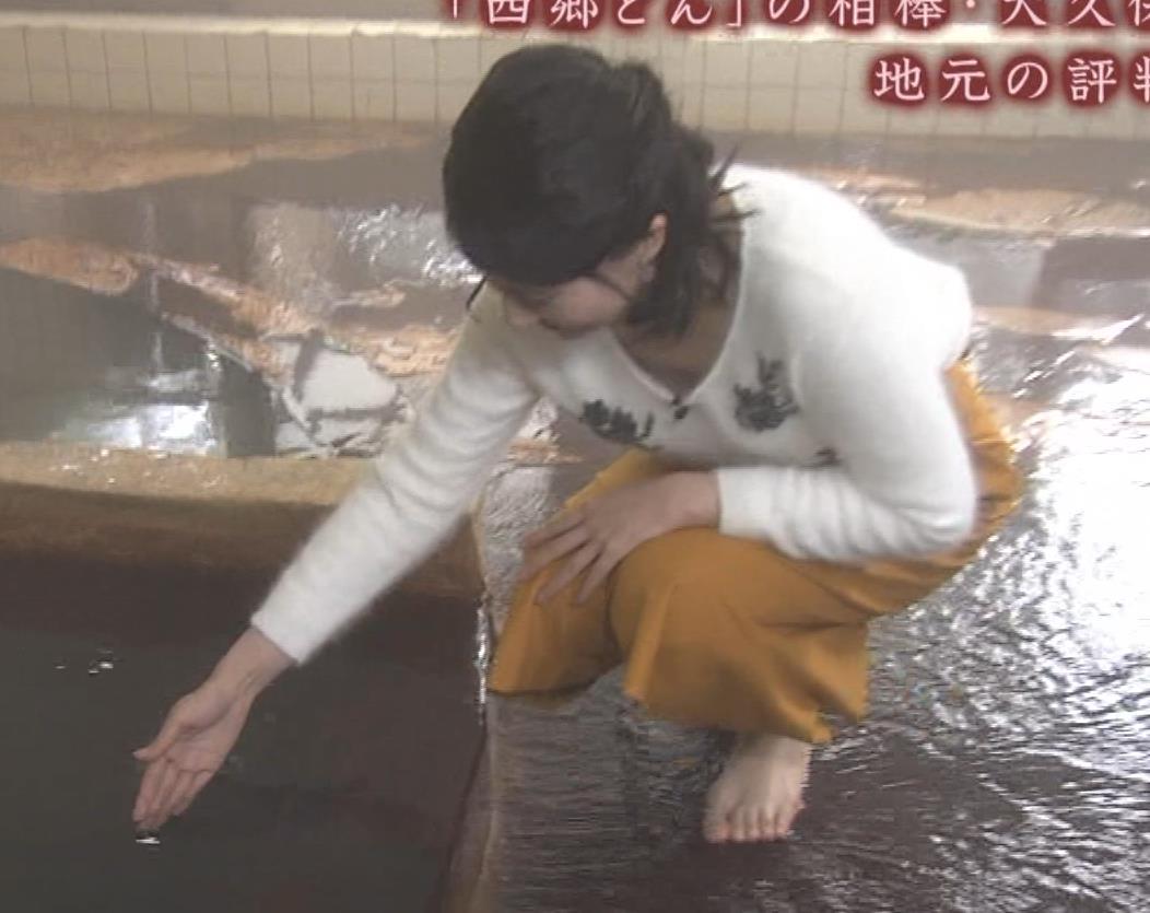 井上あさひアナ 温泉で前かがみ胸チラキャプ・エロ画像