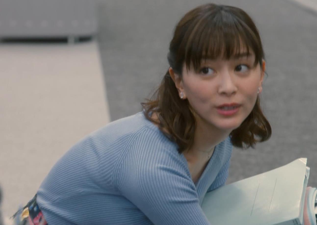 石橋杏奈 前かがみで胸元からニットおっぱいが見えそうになるキャプ・エロ画像3
