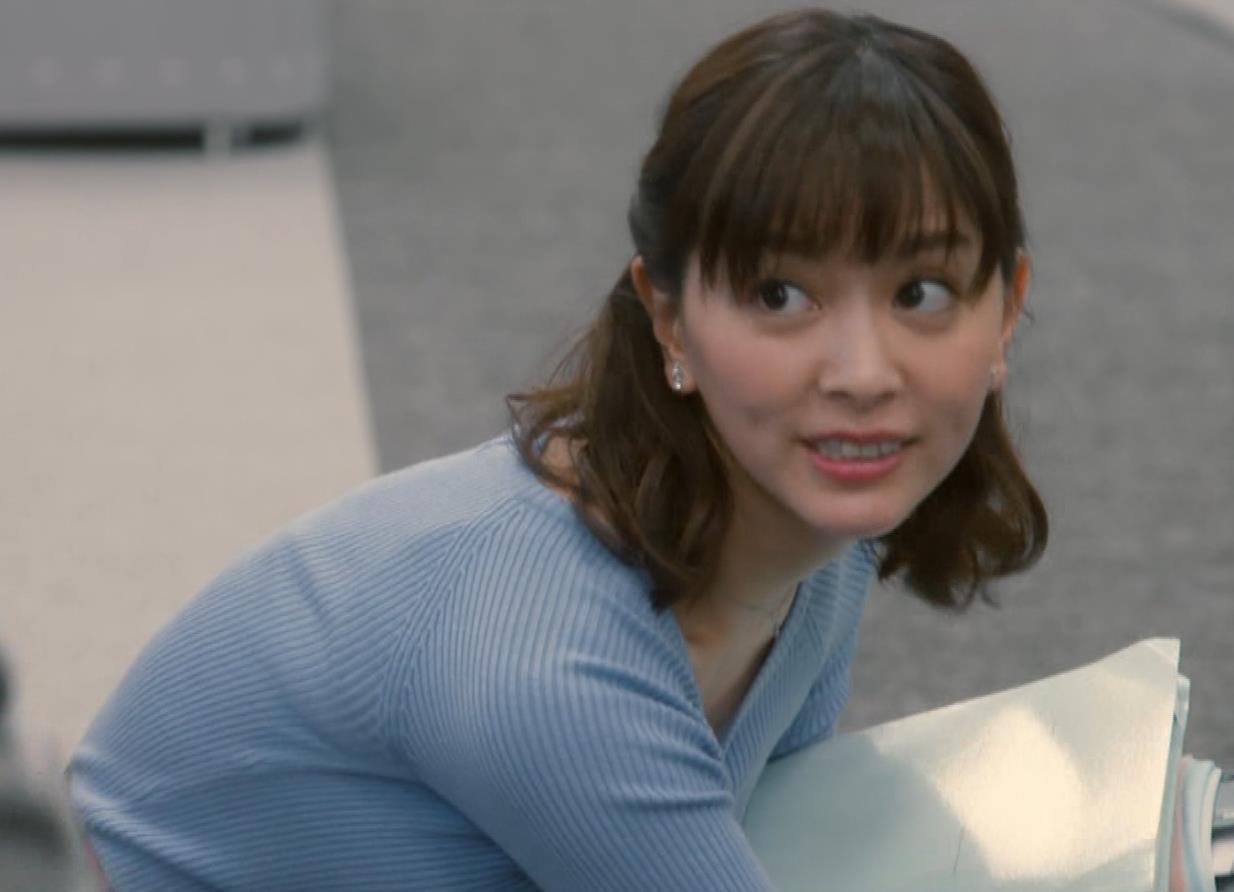 石橋杏奈 前かがみで胸元からニットおっぱいが見えそうになるキャプ・エロ画像4