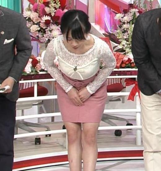 伊藤萌々香 スカートがタイトでエロいキャプ画像(エロ・アイコラ画像)