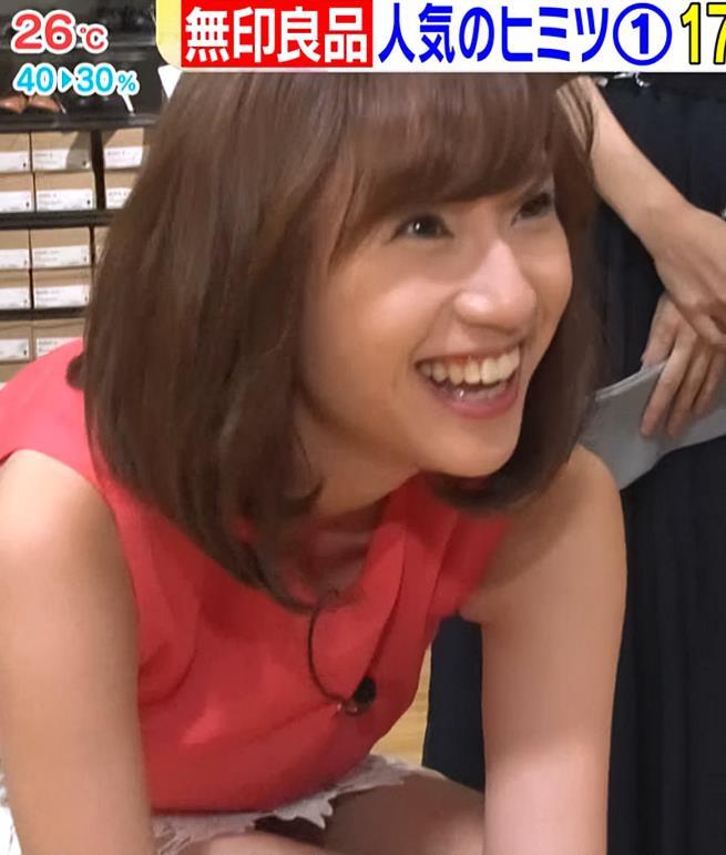 伊藤楓アナ 短すぎるスカートと胸元がエロいキャプ・エロ画像