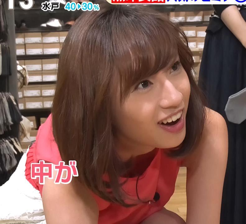 伊藤楓アナ 短すぎるスカートと胸元がエロいキャプ・エロ画像2