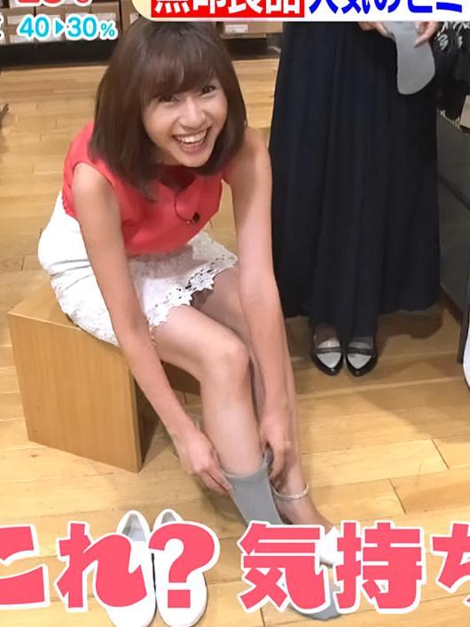 伊藤楓アナ 短すぎるスカートと胸元がエロいキャプ・エロ画像3