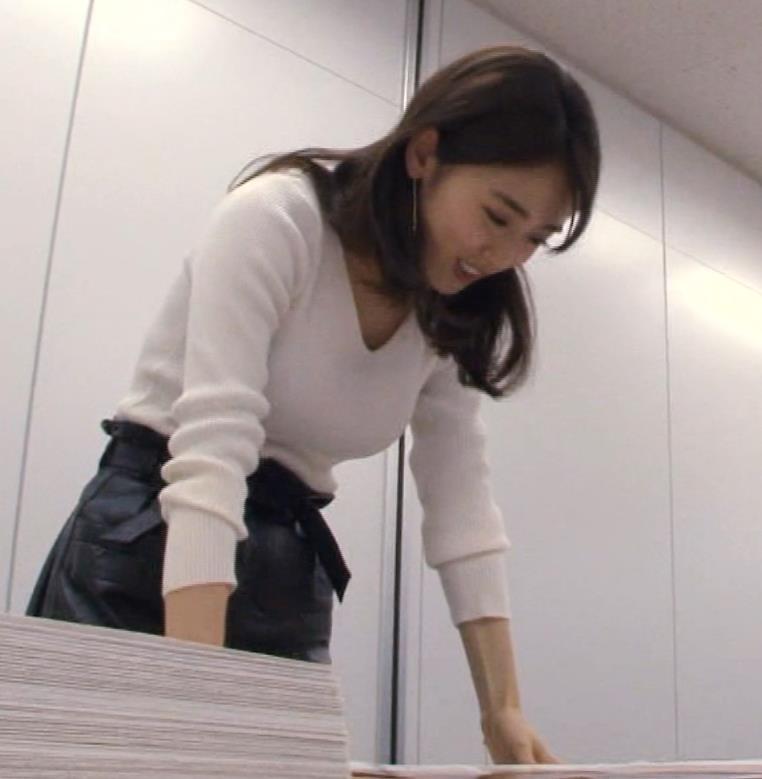 泉里香 ブラがチラチラ見えるGIF動画キャプ・エロ画像11