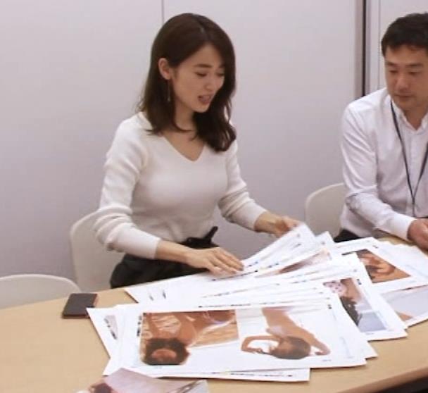 泉里香 ブラがチラチラ見えるGIF動画キャプ・エロ画像13