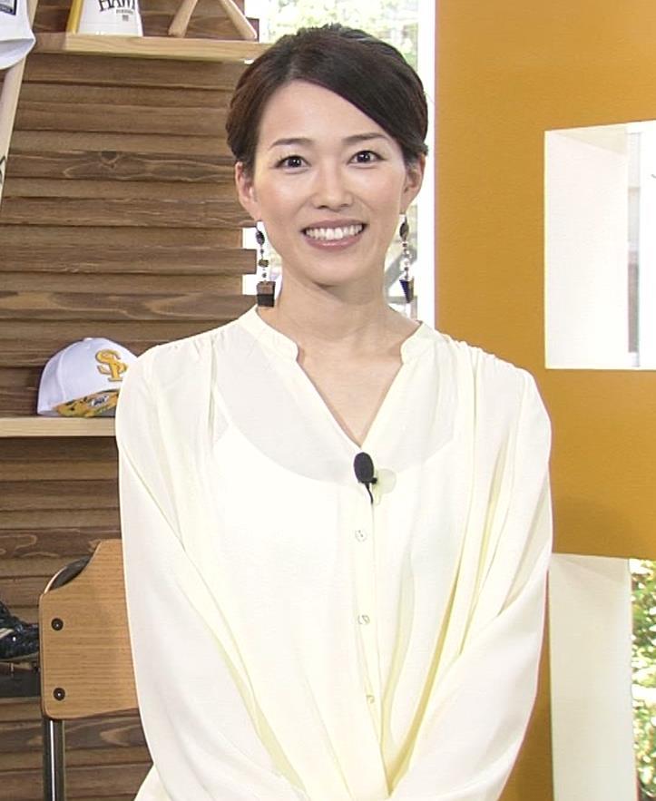 角野友紀アナ キャミソールが透けたシャツキャプ・エロ画像