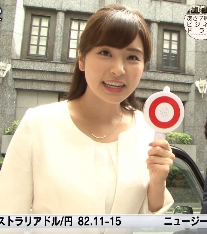角谷暁子アナ 車から降りるときに太もも大胆露出!キャプ・エロ画像3