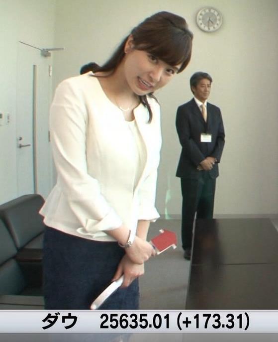 角谷暁子アナ 車から降りるときに太もも大胆露出!キャプ・エロ画像9