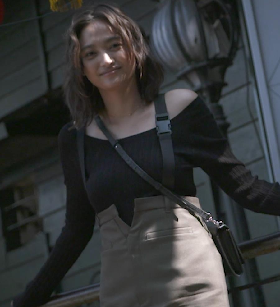 香川沙耶 美人モデルのニット乳&お尻キャプ・エロ画像13