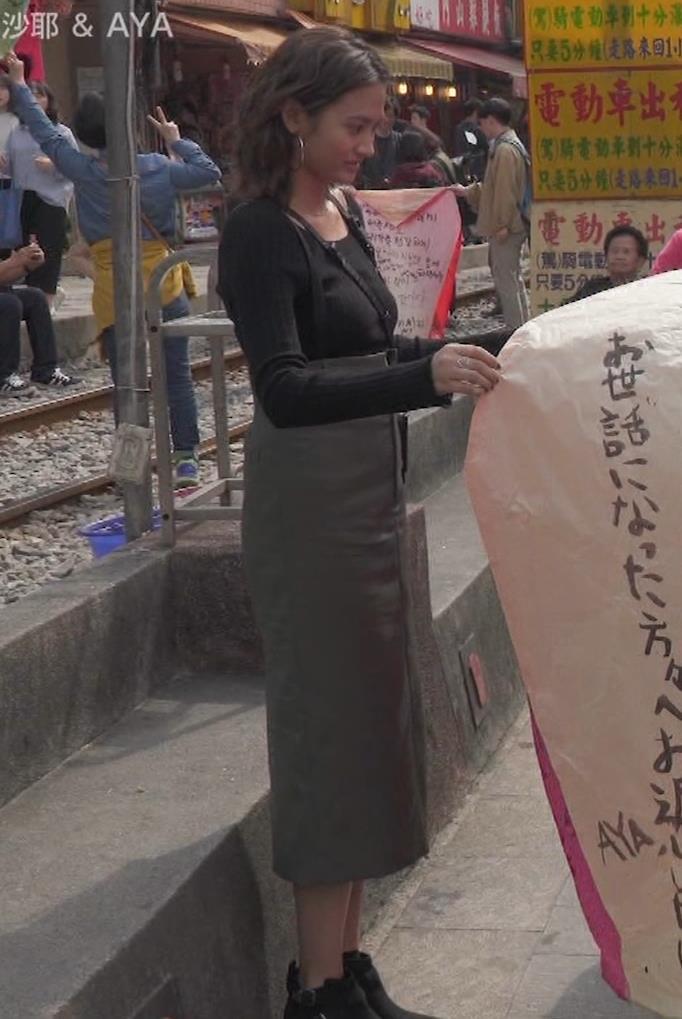 香川沙耶 美人モデルのニット乳&お尻キャプ・エロ画像8