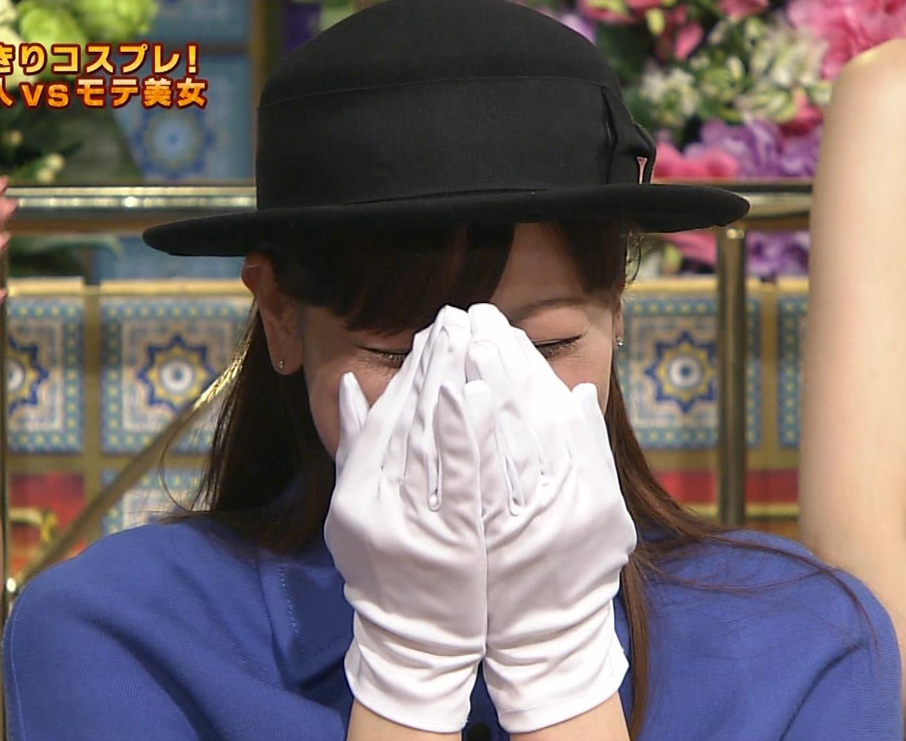 皆藤愛子 ミニスカートの中をアップで撮られるキャプ・エロ画像5