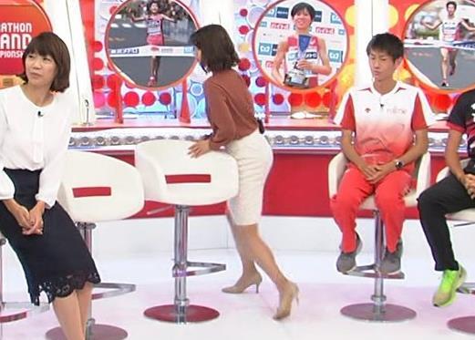 アナ ミニスカートで座って美脚露出キャプ・エロ画像7