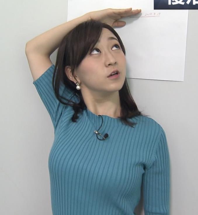 片淵茜アナ ニット巨乳。胸を張るキャプ・エロ画像2