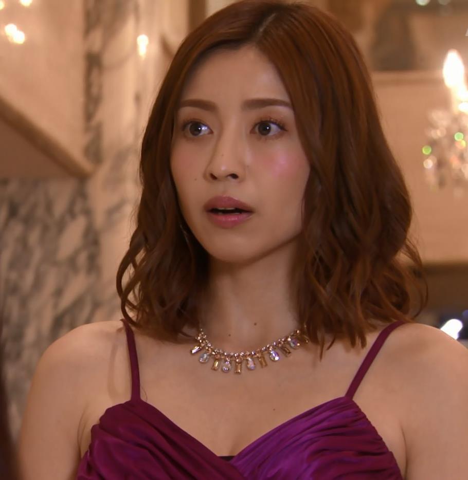 片瀬那奈 ホステス役のエロドレスキャプ・エロ画像2