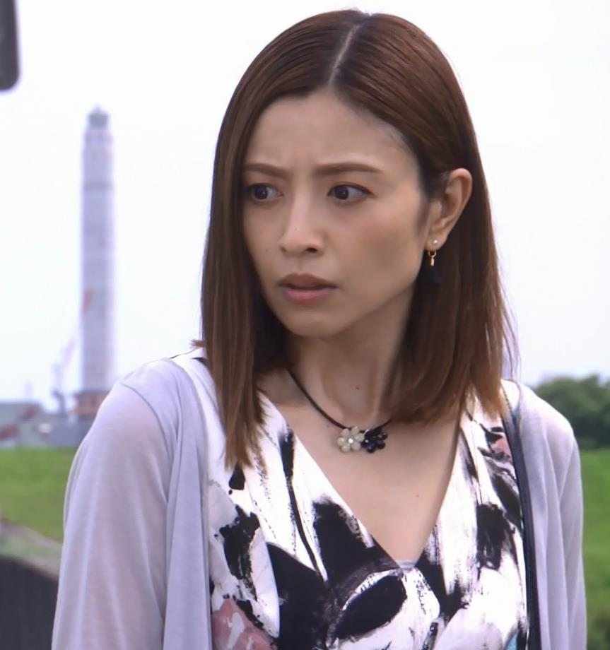 片瀬那奈 ホステス役のエロドレスキャプ・エロ画像17