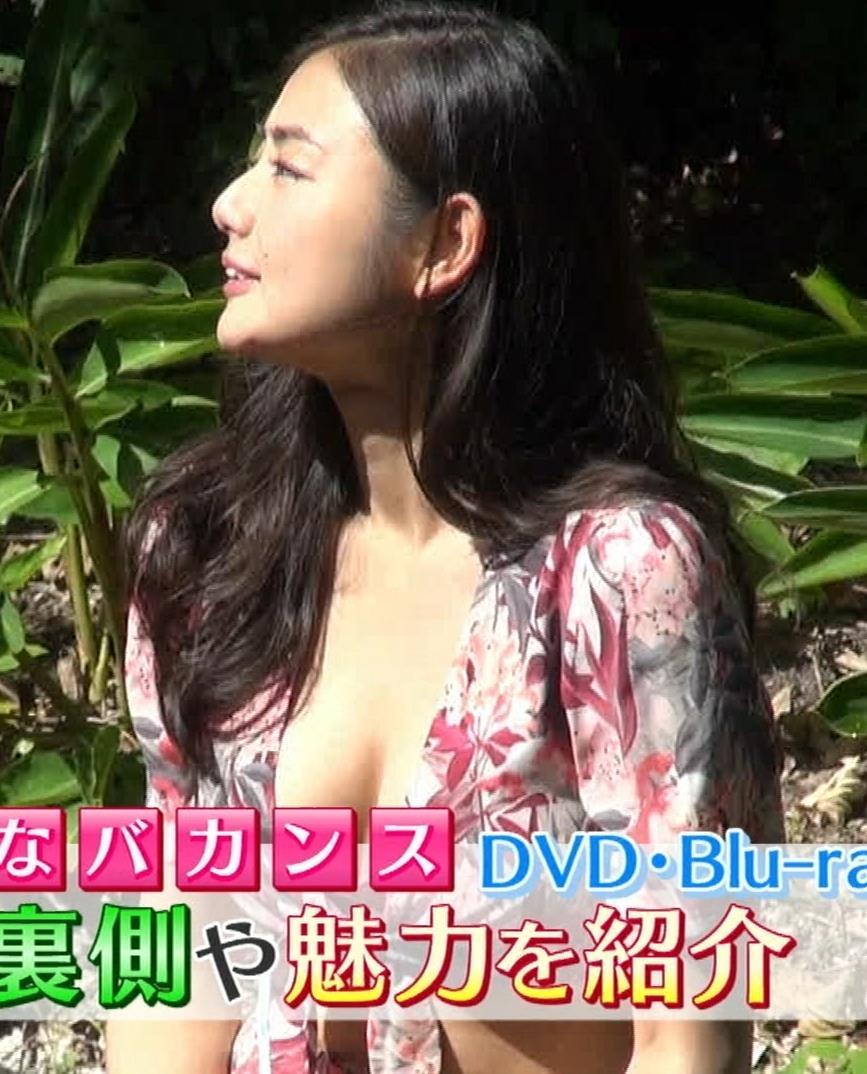 片山萌美 服の中のおっぱいが見えたー!!!キャプ・エロ画像3