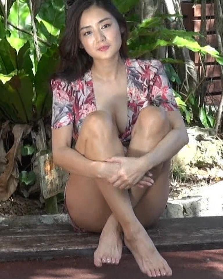 片山萌美 服の中のおっぱいが見えたー!!!キャプ・エロ画像8