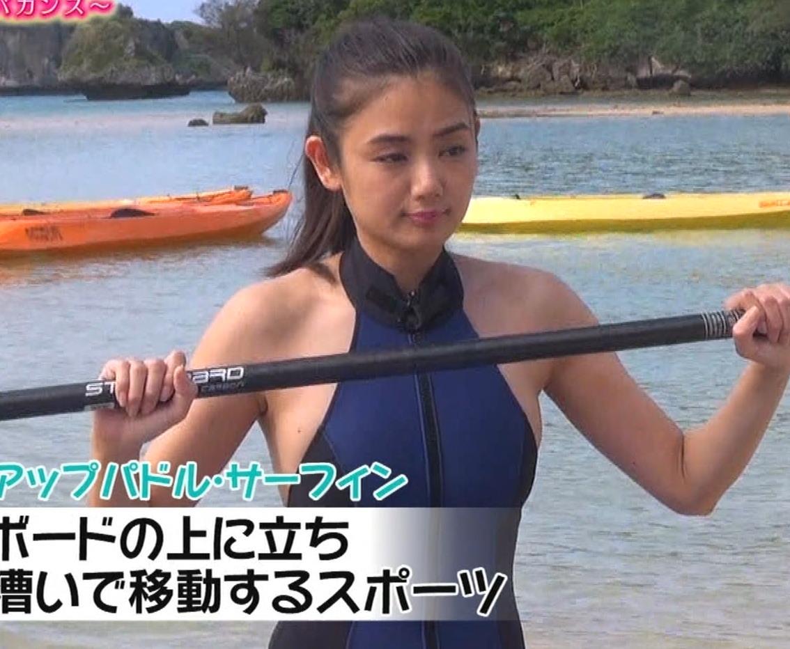片山萌美 エロいスイムウェアでサーフィン&M字開脚キャプ・エロ画像4