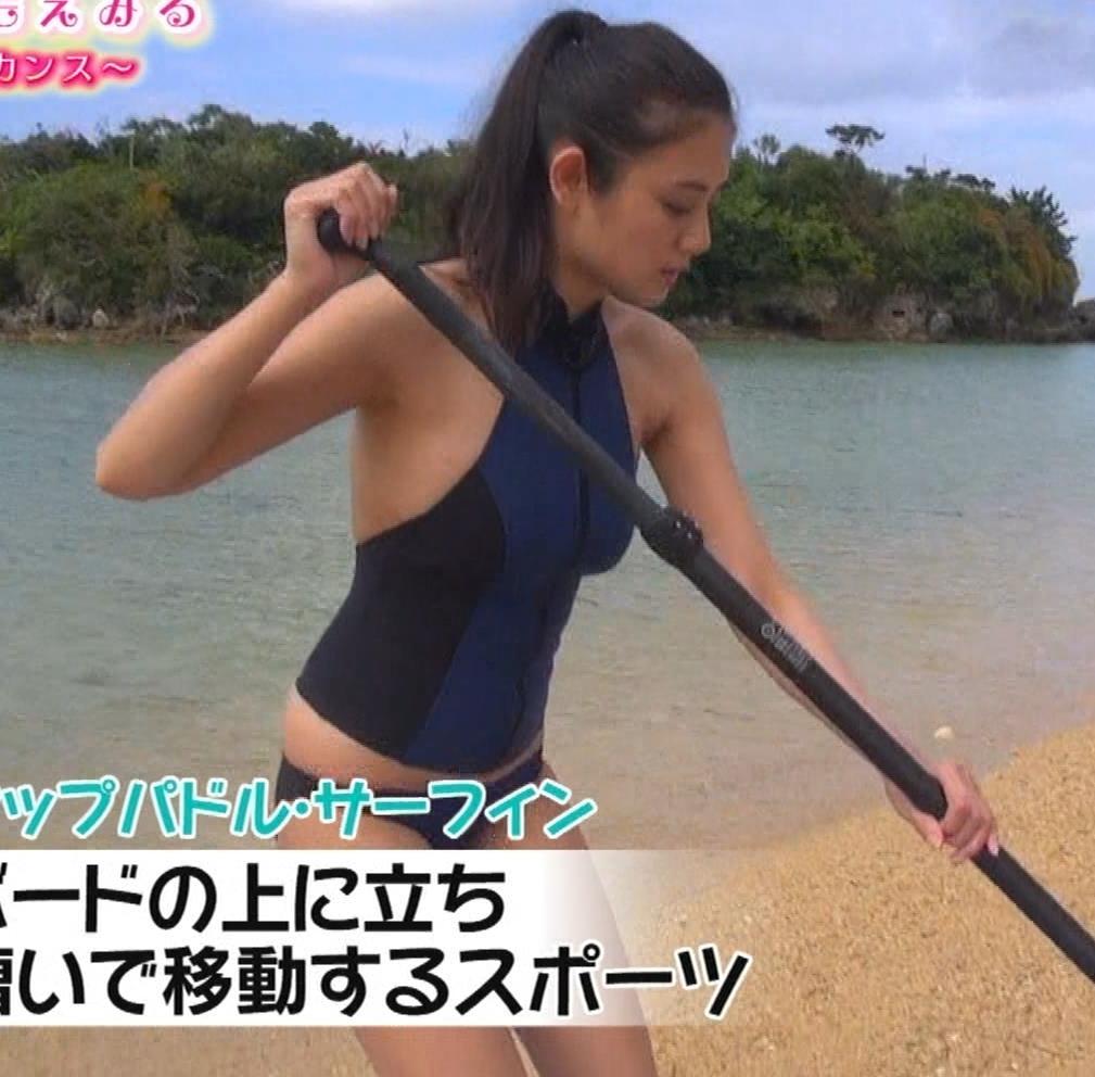 片山萌美 エロいスイムウェアでサーフィン&M字開脚キャプ・エロ画像7