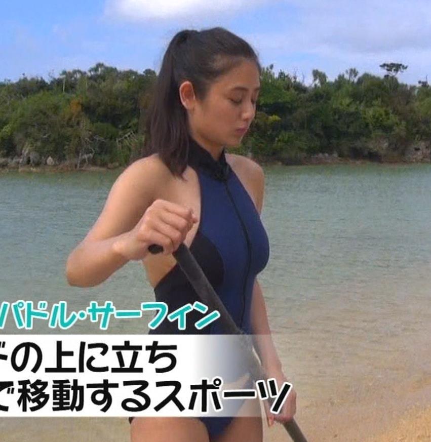 片山萌美 エロいスイムウェアでサーフィン&M字開脚キャプ・エロ画像8