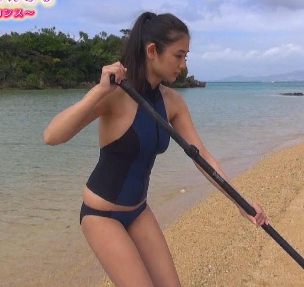 片山萌美 エロいスイムウェアでサーフィン&M字開脚キャプ・エロ画像10