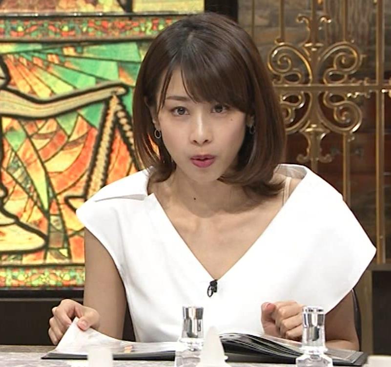 加藤綾子 ブラ紐ちら!デコルテ露出!キャプ・エロ画像2