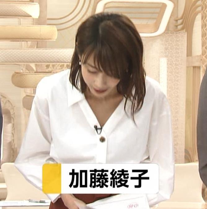 加藤綾子 お辞儀で胸元チラリキャプ・エロ画像2