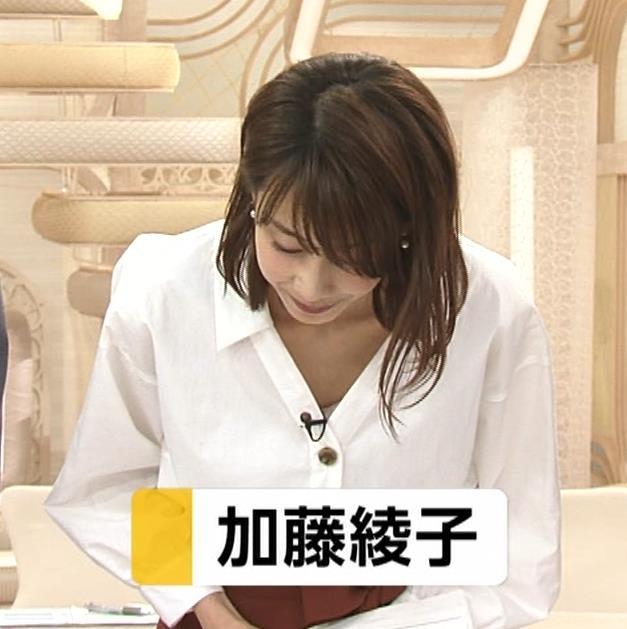 加藤綾子 お辞儀で胸元チラリキャプ・エロ画像3