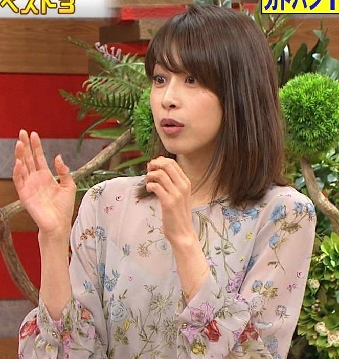加藤綾子アナ 自らおっぱいを触るキャプ・エロ画像3