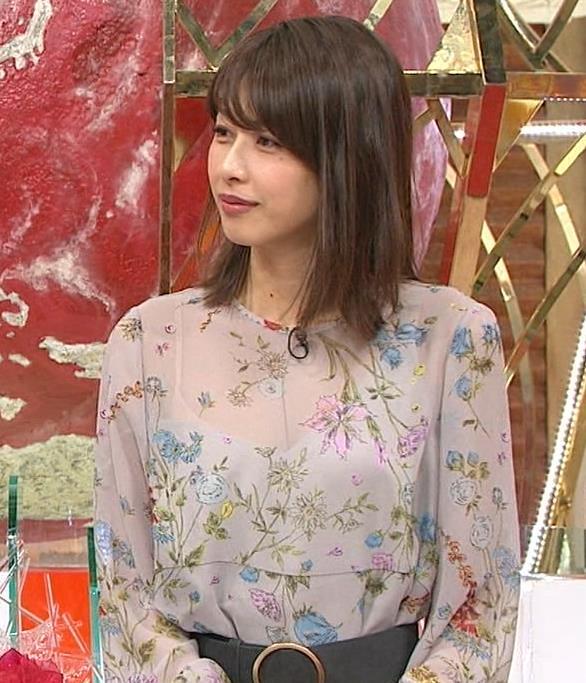 加藤綾子アナ 自らおっぱいを触るキャプ・エロ画像5
