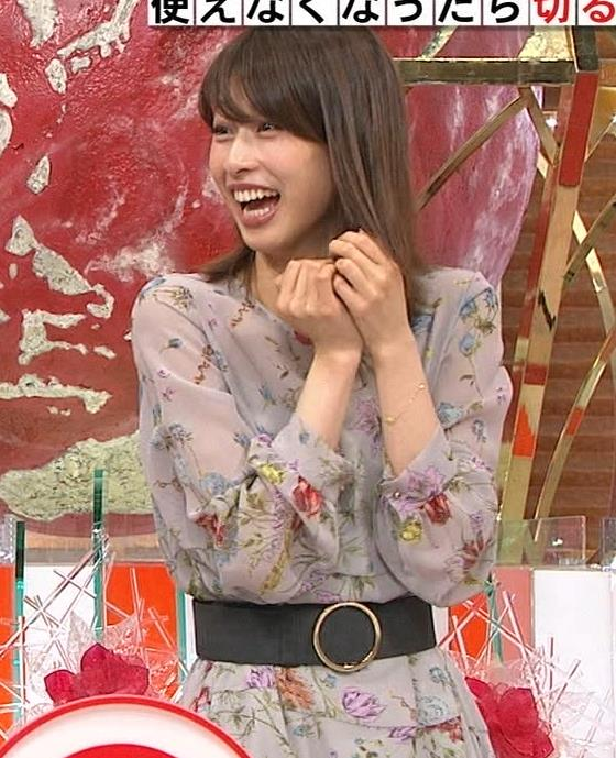 加藤綾子アナ 自らおっぱいを触るキャプ・エロ画像6