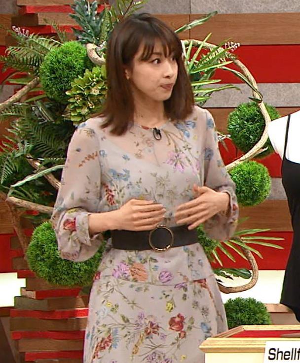 加藤綾子アナ 自らおっぱいを触るキャプ・エロ画像8