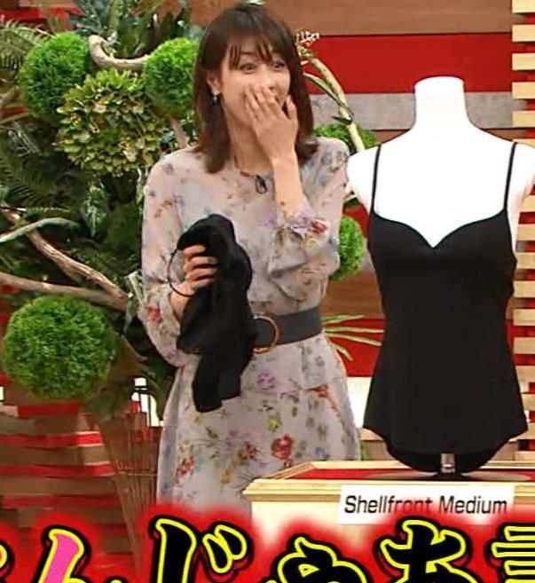 加藤綾子アナ 自らおっぱいを触るキャプ・エロ画像10