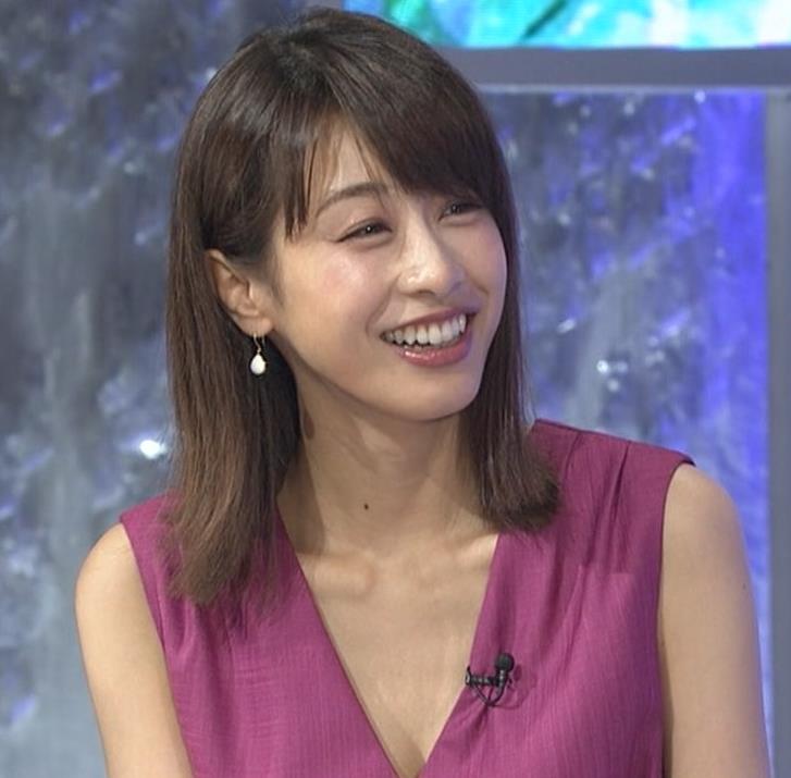 加藤綾子 胸元が大きく開いてエロいキャプ・エロ画像