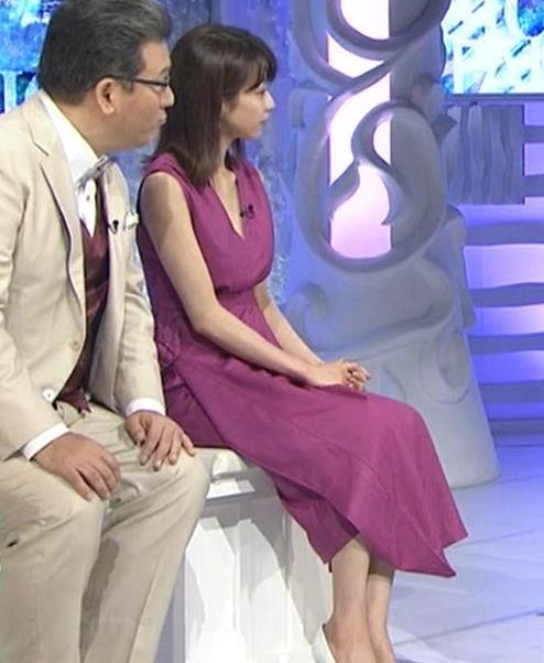 加藤綾子 胸元が大きく開いてエロいキャプ・エロ画像4